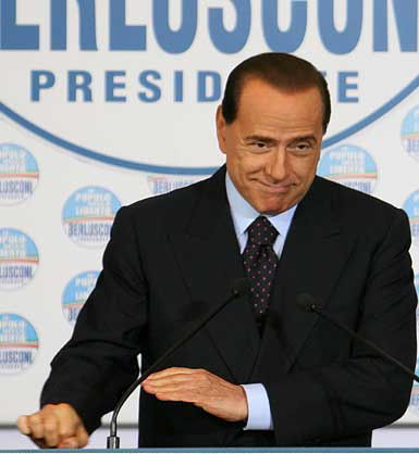 Berlusconi gesto dell'ombrello