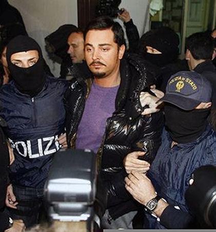 Arresto del numero due di Cosa Nostra, Giovanni Nicchi, vestito di viola